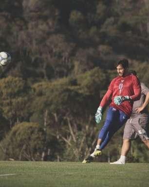 Após falha, goleiro do Paraná ganha ajuda do técnico Allan Aal