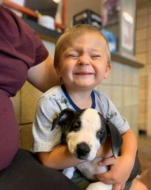 Criança e cão com lábio leporino se apaixonam; veja