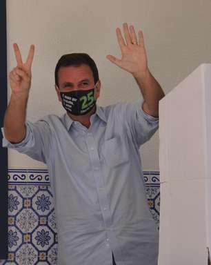 Paes vota e fala em derrotar 'pior prefeito da história'