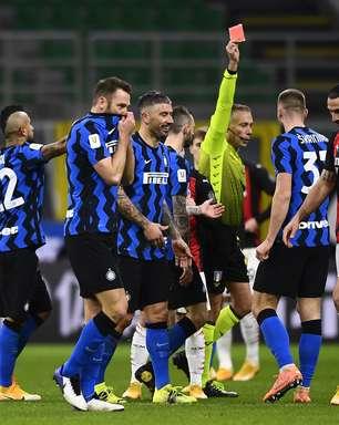 Ibra marca e é expulso, Inter vira sobre Milan e vai à semi