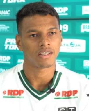 Atacante Taílson é apresentado no Coritiba