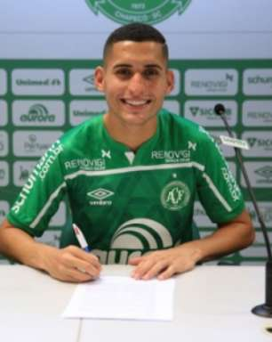 Reforço na área: Chapecoense anuncia a contratação do meia Ravanelli
