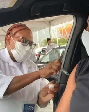 Tite recebe 1ª dose da vacina contra covid-19 no Rio