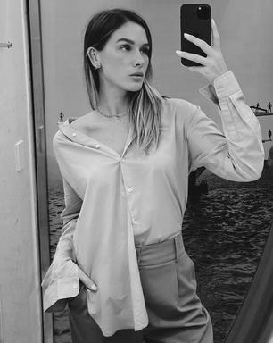 Fiorella Mattheis usa truque para deixar camisa descolada