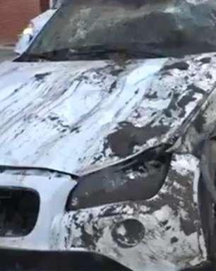 BA: Carro de luxo fica destruído após cair em vala