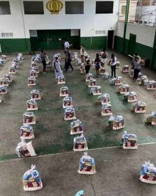 Coutinho doa cinco toneladas em cestas básicas para Barreira do Vasco e emociona funcionários