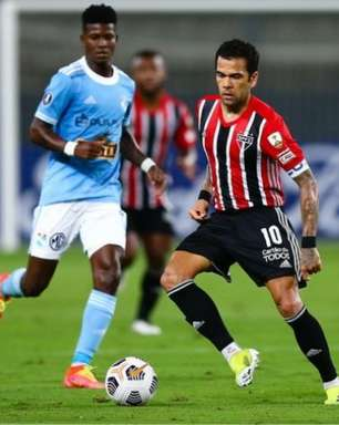 Crespo fala sobre Daniel Alves como ala: 'A equipe precisa dele na lateral'