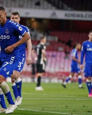 Com falha do goleiro Leno, Everton vence o Arsenal pelo Inglês e segue na briga por vaga na Champions