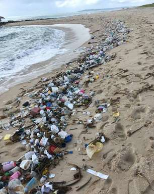 Lixo hospitalar levado pelo mar polui praias limpas no Rio Grande do Norte e Paraíba