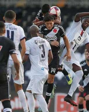Quem é que sobe? Bola aérea segue causando dor de cabeça para o setor defensivo do Vasco