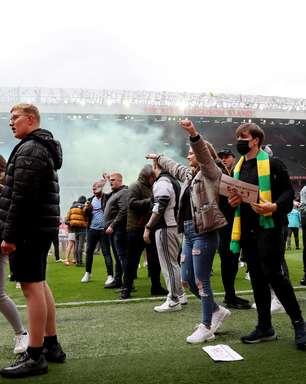 Torcida do United invade Old Trafford em ato contra donos