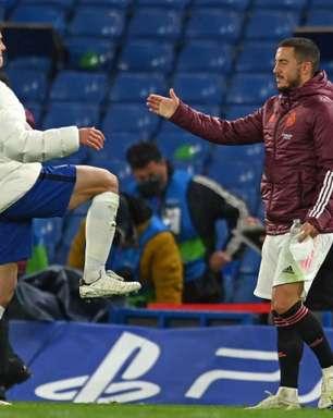Hazard cumprimenta jogadores do Chelsea após eliminação e é criticado pela imprensa espanhola