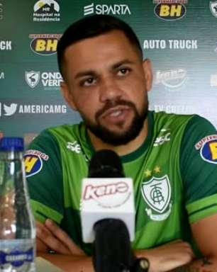 """AMÉRICA-MG: Felipe Azevedo é sincero ao falar se 'clima quente' do final do jogo se repetirá contra o Cruzeiro: """"com certeza vai ter"""""""
