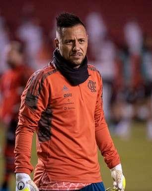 Com problemas musculares, Diego Alves e Renê iniciam tratamento no Ninho e preocupam o Flamengo
