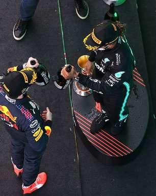 """Red Bull """"tira chapéu"""" para Mercedes na Espanha: """"Não tinha o que fazer, eram melhores"""""""