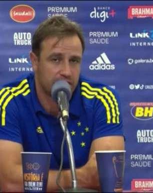 """CRUZEIRO: Felipe Conceição se diz satisfeito com elenco e considera possíveis contratações: """"Teremos alguns ajustes, mas nada muito radical"""""""
