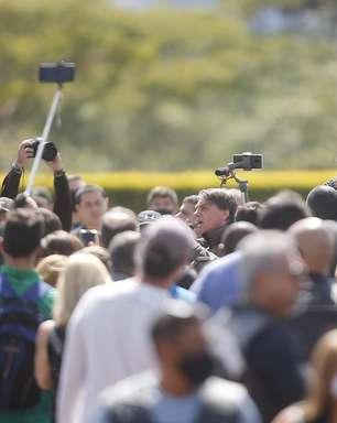 Bolsonaro causa aglomeração e volta a defender voto impresso