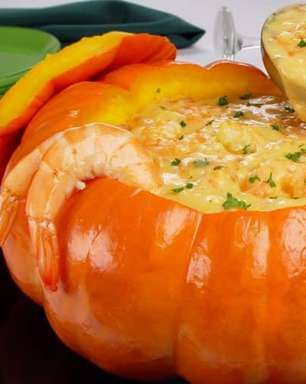 Caldo de camarão na moranga para um almoço sofisticado
