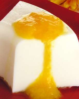Receita deliciosa de mousse de coco com calda de pêssego