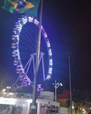 Turistas ficam presos e são esquecidos no alto de roda gigante em SC