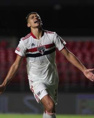 Torcedores do São Paulo perdem a paciência com Vitor Bueno após pênalti perdido e empate na Libertadores