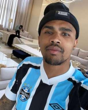 """Douglas Costa tem foto vazada com a camisa do Grêmio e empresário pede calma: """"Definição nos próximos dias"""""""
