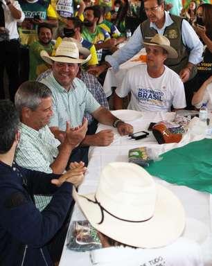 Bolsonaro causa aglomeração em centro de tradições gaúchas