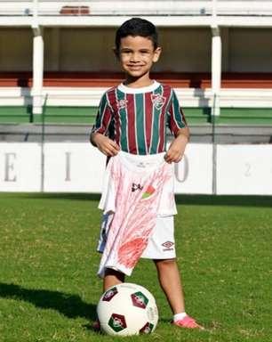 Fluminense presenteia criança que viralizou com camisa improvisada