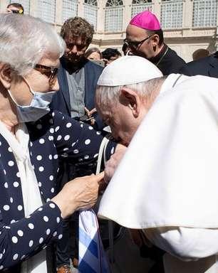 Papa beija tatuagem de sobrevivente de campo de concentração