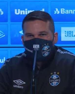 """GRÊMIO: Auxiliar justifica escolha por começar partida com Thiago Santos e Lucas Silva: """"Temos muitos desfalques, especialmente no meio-campo"""""""