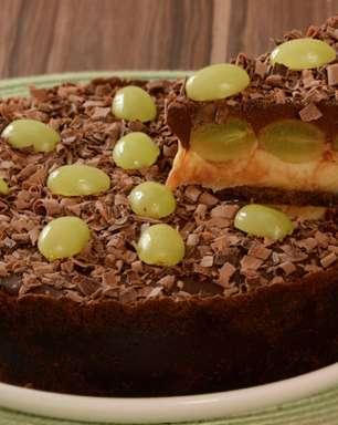 Torta de chocolate com leite em pó e uva