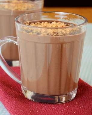 Chocolate quente com paçoca para se aquecer nos dias frios