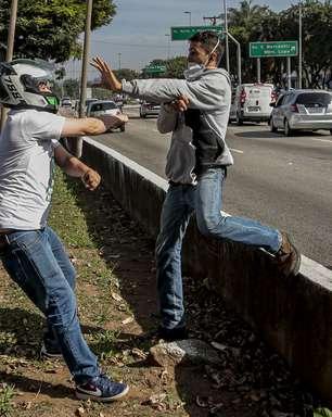 Homem protesta em 'motociata' e é agredido por bolsonaristas