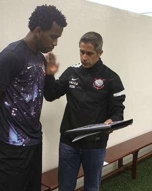 Chegada de Sylvinho faz Gil voltar a ter sequência pelo Corinthians