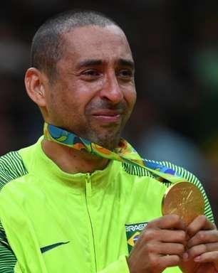 Serginho, bicampeão olímpico pelo volêi brasileiro, tem carro queimado em garagem