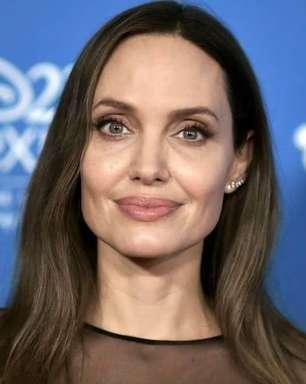 Após batalha judicial Angelina Jolie faz tatuagem com frase histórica