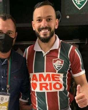 Yago Felipe veste camisa do título carioca de 1995 do Fluminense antes e depois do jogo; Mário exalta ação