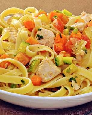 Talharim ao alho, óleo e legumes para surpreender no almoço