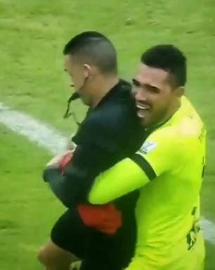 Goleiro agarra árbitro ao comemorar título e revela que atitude foi de caso pensado; veja o vídeo