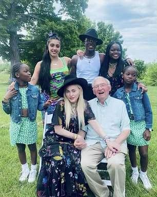 Madonna posta foto ao lado do pai, de 90 anos, e dos filhos em celebração do Dia dos Pais