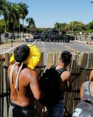 Índios e policiais se enfrentam com flechas e bombas em frente ao Congresso