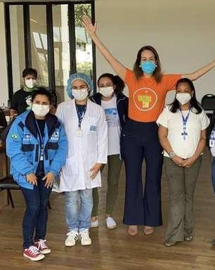 Maria Beltrão recebe vacina contra covid-19 e altura da apresentadora surpreende internautas