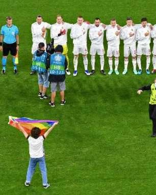Ativista dos direitos LGBTQ+ invade o campo de Alemanha x Hungria com bandeira arco-íris