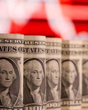 Dólar ameaça perder suporte de R$4,90 e renova mínimas em mais de um ano com cenário de juros mais altos