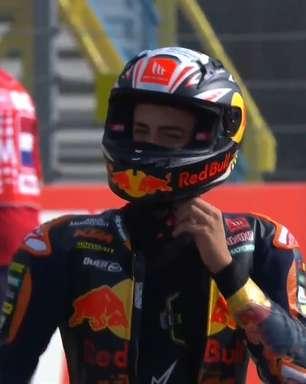 Acosta cai na entrada da reta e é atropelado por Rossi no TL3 da Moto3 em Assen