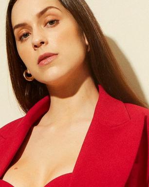 Sophia Abrahão mostra como conferir ar sensual ao terninho