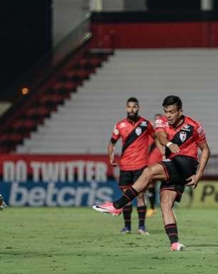Bragantino marca no fim, vence Atlético-GO e continua líder