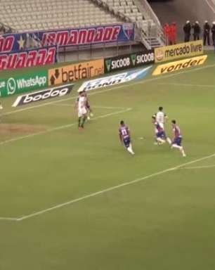 FORTALEZA: Golaço! Pikachu deixa zagueiro no chão e acerta pancada em terceiro gol na vitória contra Chape
