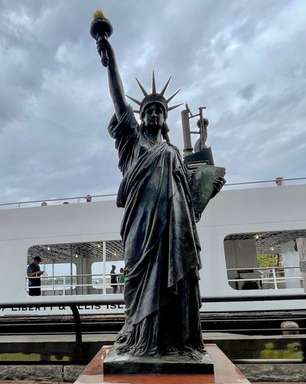Mini Estátua da Liberdade refaz passos da 'irmã' até NY