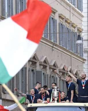 Seleção italiana celebra título da Euro com desfile em Roma